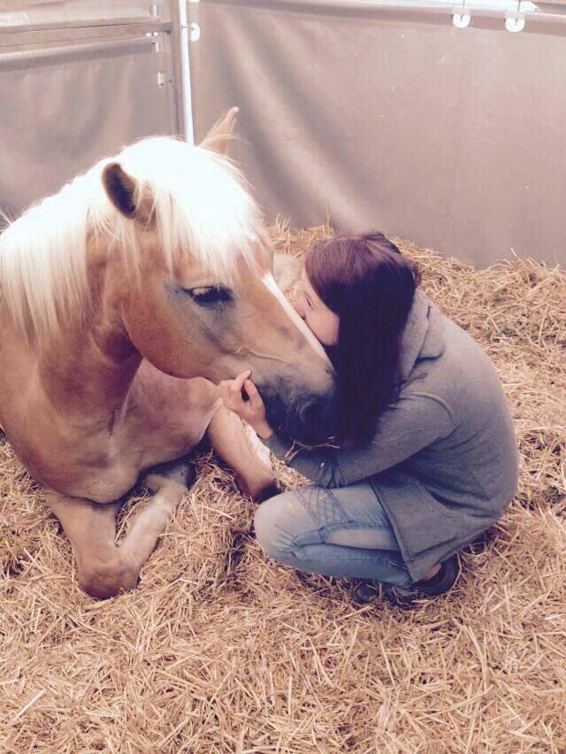 Elena kuschelt mit ihrer Alyssa. Foto: Elena-Victoria Gschnitzer