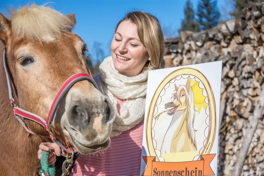 Sissy kann's selbst nicht glauben, dass sie mit einem Sonnenschein-Schild geehrt wird. Foto: Haflinger Austria