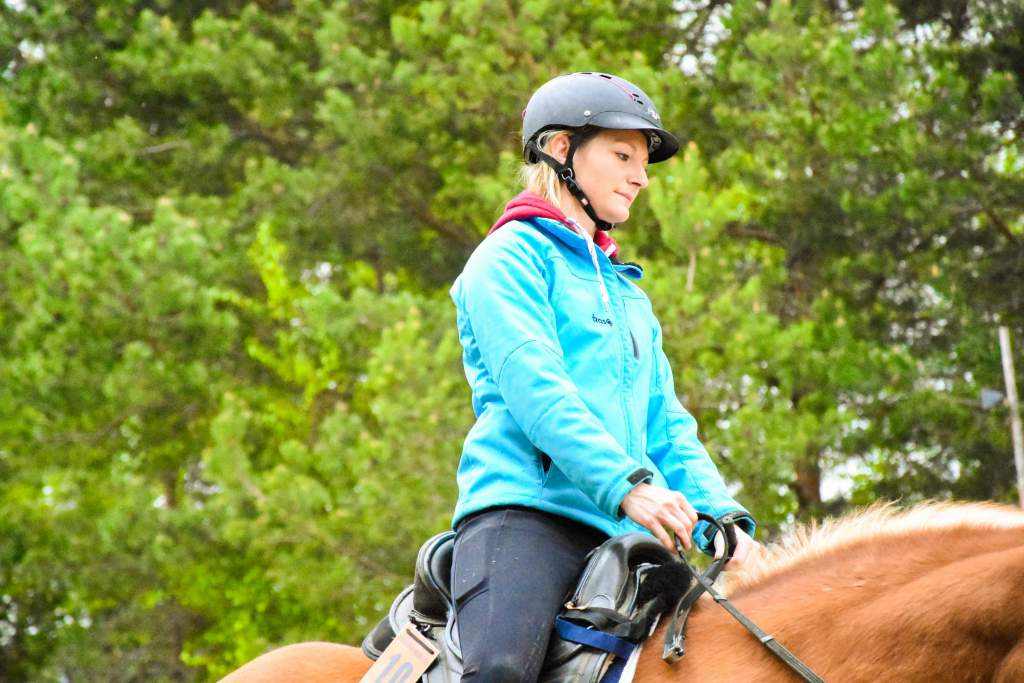Selbverständlich, dass wir unsere Pferde vor dem Reiten aufwärmen. Doch wie seid es eigentlich mit uns selbst aus? Hier die richtigen Übungen für dich direkt im Sattel. Foto: Haflinger Austria