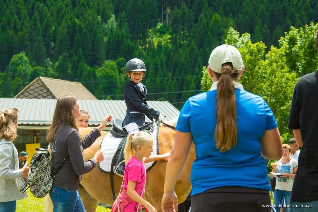 Eine kleine Reiterin ganz groß. Foto: Haflinger Austria
