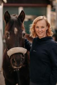 Marie ist leidenschaftliche Reiterin und Produktentwicklerin für natürliche Pflegeprodukte für Pferde. Foto: CXEVALO